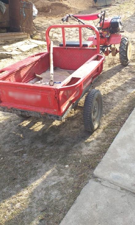 Un bărbat s-a răsturnat cu tractorul, la Filipeştii de Pădure