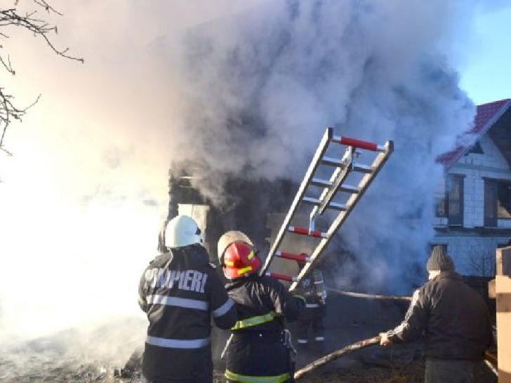 Incendiu violent la  două locuinte din Breaza. Un bărbat a fost rănit după ce a căzut de la înălţime