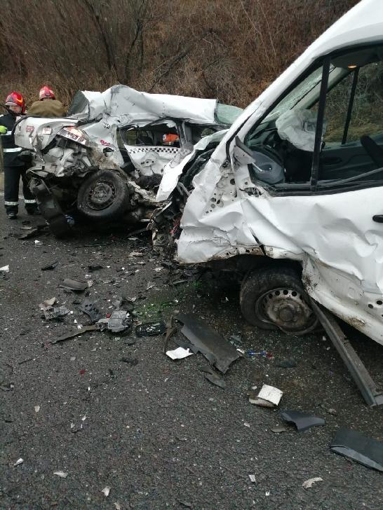 Accident grav la Cornu, între o autoutilitară şi un turism. Un şofer a decedat