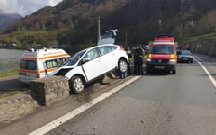 Accident rutier la Cornu. Un autoturism a intrat în parapetul de pe marginea drumului