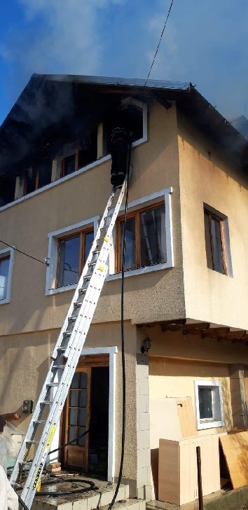 Incendiu la o casa parohiala din  Valea Screzii.  Foto si video
