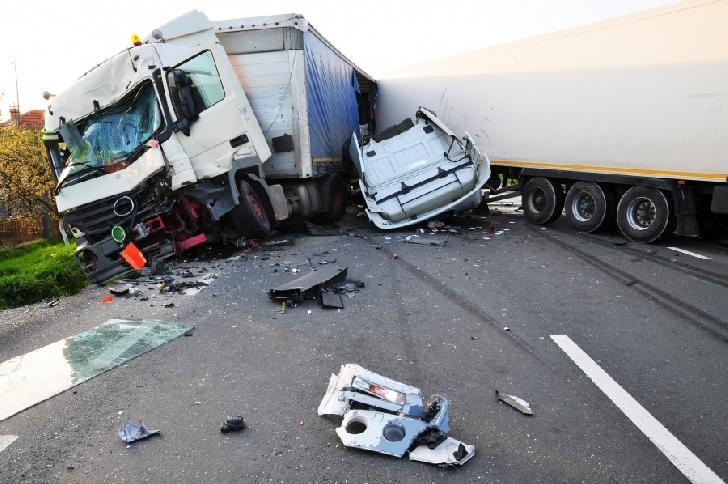 Accident rutier la Cheia, între o dubă şi un TIR