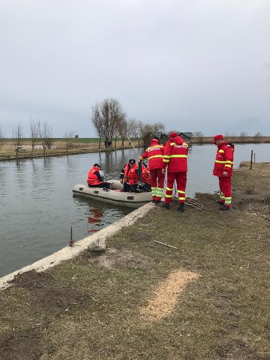 Pompierii prahoveni şi scafandrii caută un bărbat dispărut în zona unei bălţi de pescuit din comuna Sălciile