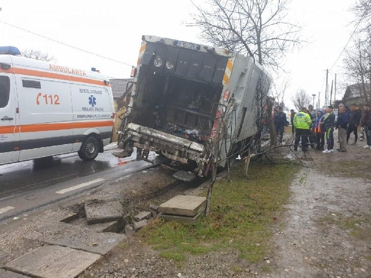 Accident rutier la Lipăneşti, între o autospecială de salubritate şi o dubă. Un pieton a fost rănit