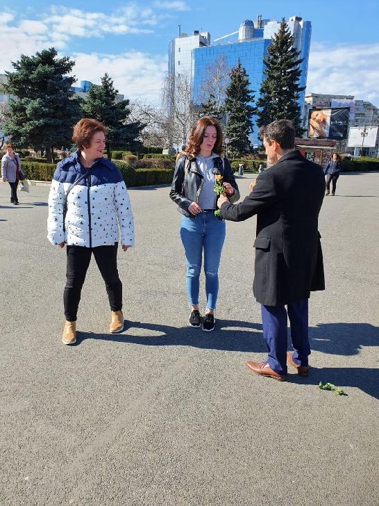 Cu ocazia Zilei Internationale a Femeii, Biserica Crestina Adventista de Ziua a Saptea din Ploiesti, a oferit sute de flori doamnelor si domnisoarelor
