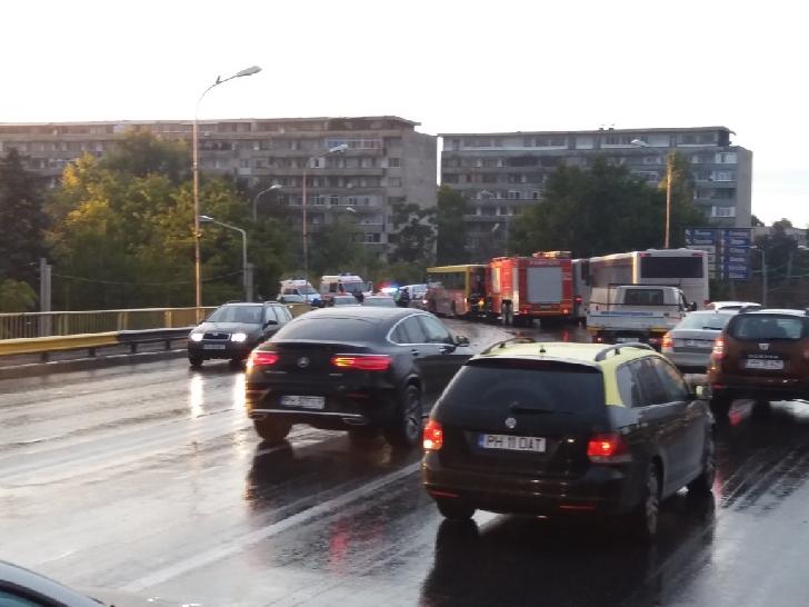 Accident rutier pe podul de la Gara de Sud, între un autobuz şi un autoturism