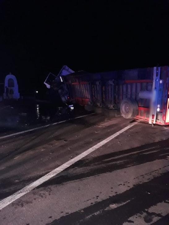 Un alt accident neobisnuit in Prahova . Un TIR care transporta bere a fost acrosat de un autoturism