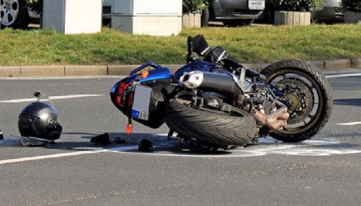 Autoaccident rutier la Cocorăştii Colt. Un motociclist a ieşit în afara părţii carosabile