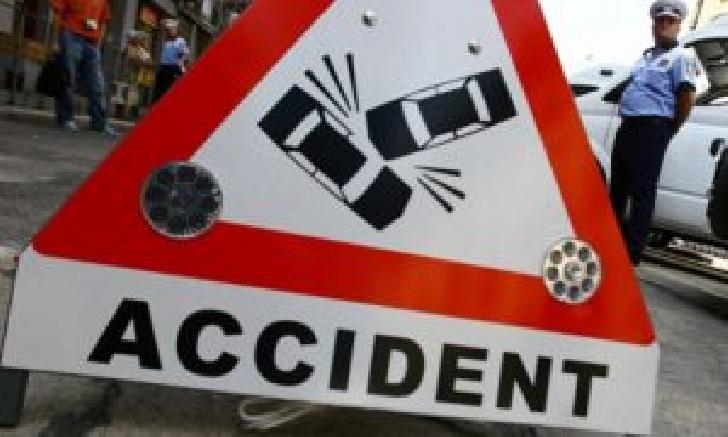 Accident rutier în satul Buda, între un autoturism şi un microbuz