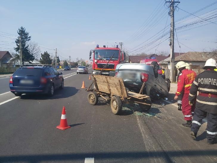 Accident rutier la Bărcăneşti, între un autoturism şi o căruţă