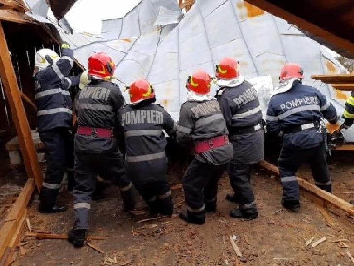 Vântul puternic a creat probleme în judetul Prahova.Localitati ramase fara curent electric