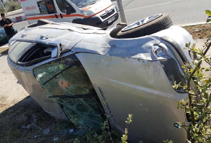 Accident rutier la Şotrile. Un autoturism s-a răsturnat în afara carosabilului