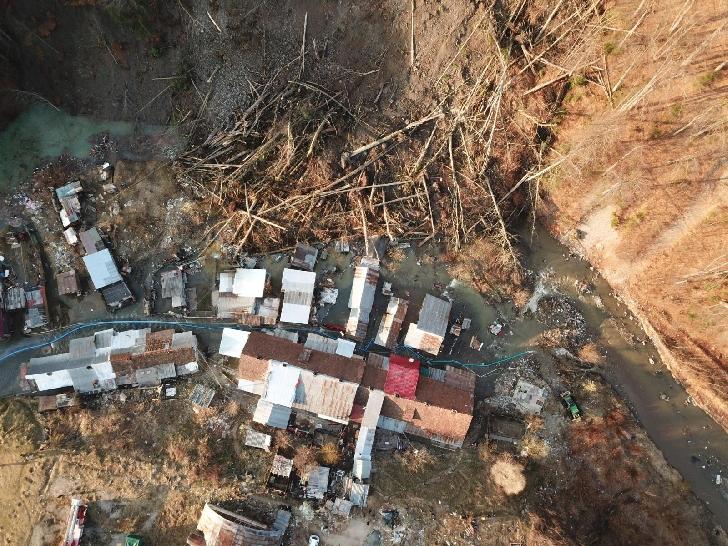 Alunecare masivă de teren la Azuga. Peste 130 persoane au fost evacuate.(foto si video)