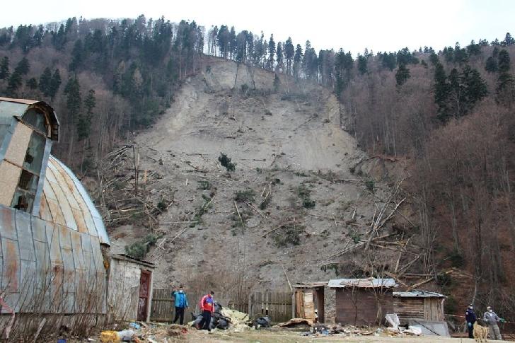 S-au luat primele  măsuri pentru asigurarea cazării familiilor afectate de alunecarea de teren de la Azuga