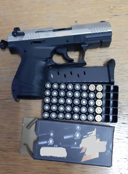 Poliţiştii din cadrul  Poliţiei  Municipiului Câmpina, au depistat în flagrant un bărbat de 28 ani care incerca sa vanda un pistol