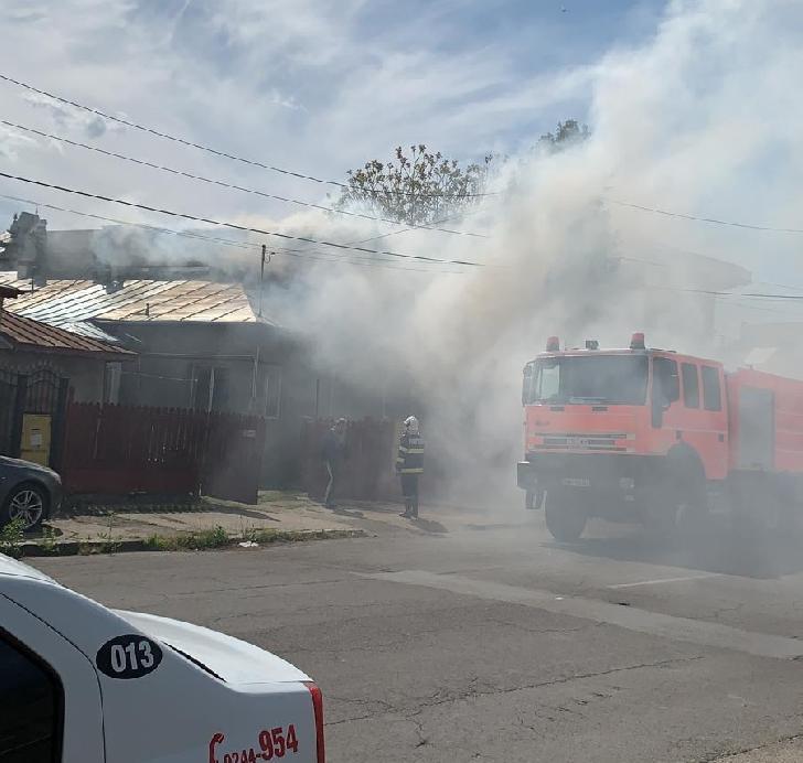 Incendiu la două imobile din Ploieşti