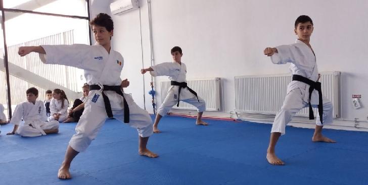 """Pregătirea fizică şi kata, opţiunile de """"izolare"""" ale sportivilor secţiei de karate a clubului CSM Ploiesti"""