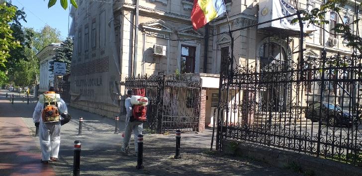 Primaria Ploiesti continua activităţile de spălare cu atomizoare a zonelor adiacente pieţelor şi staţiilor de transport public din oras