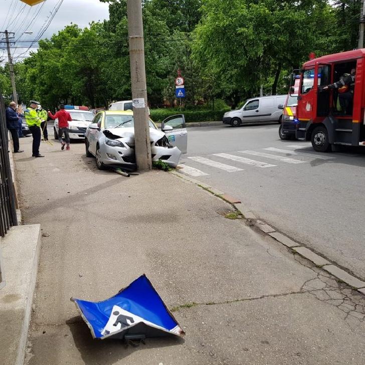 Accident pe strada Buna Vestire din Ploieşti. O femeie dintr-un taxi a fost rănită