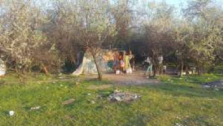 Trei familii trăiesc în mizerie la marginea municipiului Ploiesti,in zona de Vest