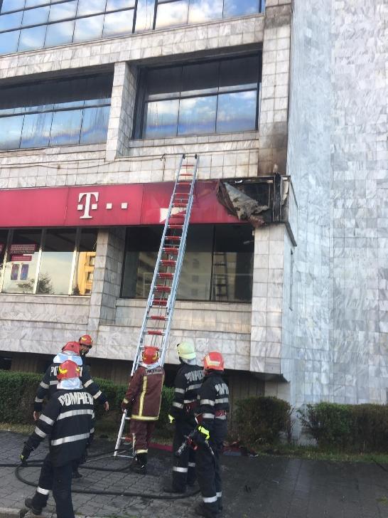 Incendiu la sediul Telekom Ploieşti. Reclama luminoasă a luat foc