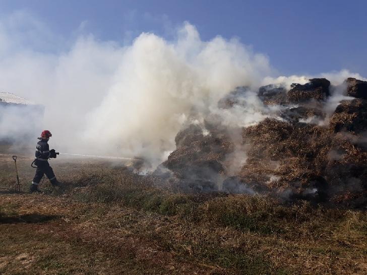 Incendiu violent la Măneşti .300 de baloţi de paie au ars, un bărbat a suferit arsuri pe faţă şi antebraţe