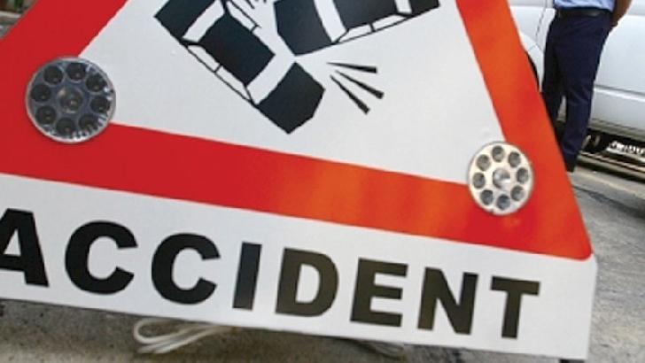 Accident rutier în satul Ghighiu. Un autoturism s-a răsturnat pe plafon