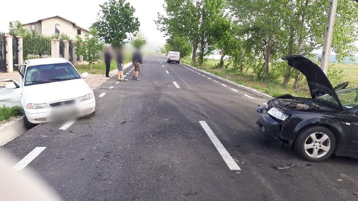 Accident rutier în satul Pleaşa, între un TIR şi autoturism.3 persoane au fost transportate la spital