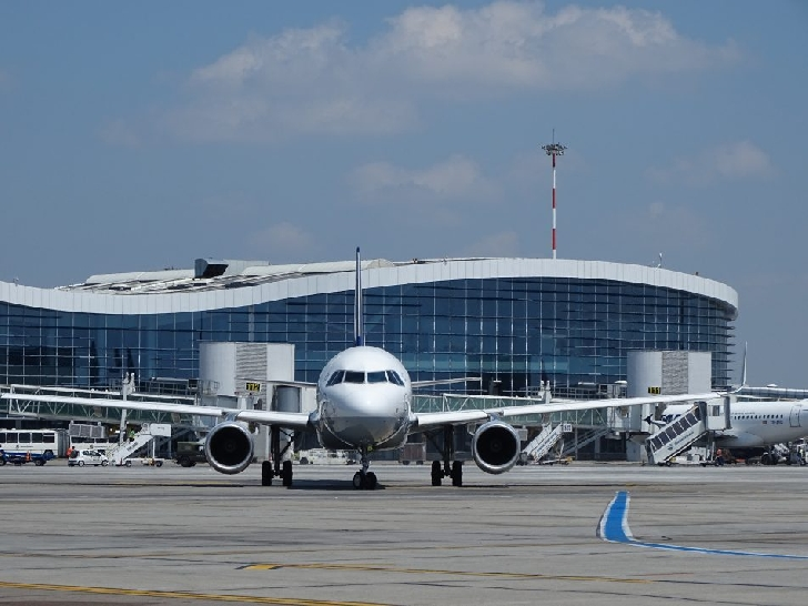 Masca obligatorie, intrare controlata, distantare sociala ,masurile obligatorii in Aeroportul Otopeni