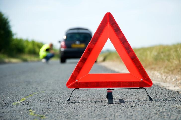 Accident rutier în zona Nistoreşti. Un autoturism a acroşat zidul din beton de pe marginea drumului