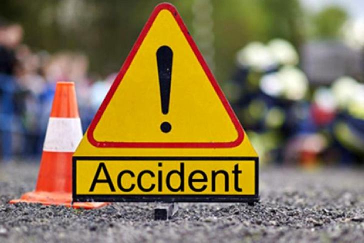 Accident rutier la Poseşti. Un autoturism a intrat într-un stâlp de lemn