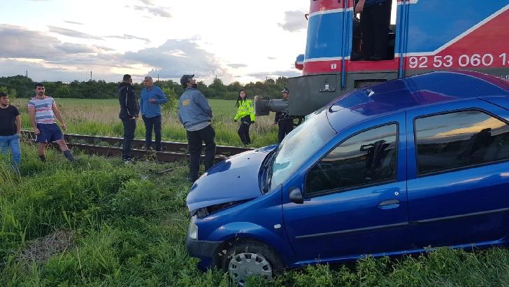 Accident feroviar în cartierul Dambu. O locomotivă fără vagoane a lovit un autoturism
