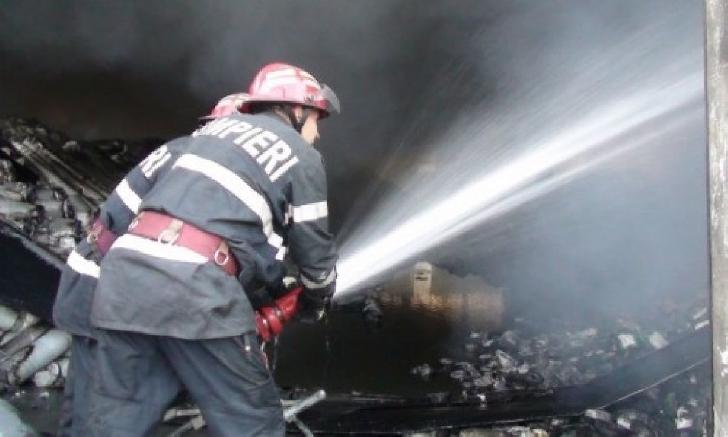 Incendiu la o anexă gospodărească, de pe strada Brânduşelor din Ploieşti