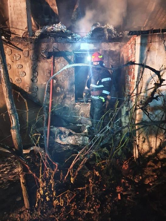 Incendiu puternic în satul Bratesti. O locuinţă a fost făcută scrum.Foto si video