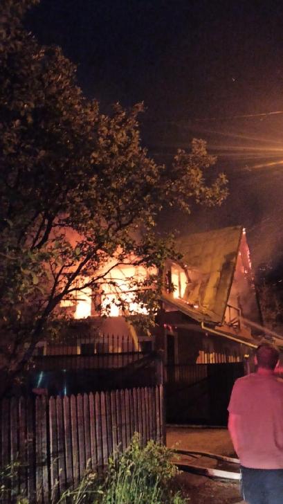 Incendiu puternic la o casă din Comarnic