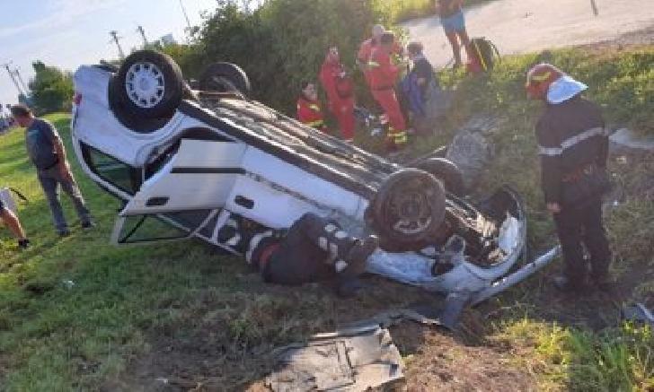 Accident rutier în comuna Fântânele. Un autoturism s-a răsturnat pe câmp