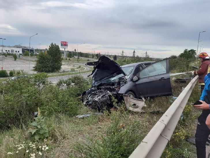 Accident rutier pe centura de Vest a Ploiestiului. Un autoturism a lovit un stâlp de iluminat stradal