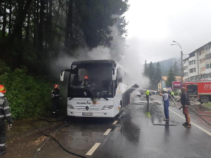 Un autocar a luat foc în trafic, la Azuga.Foto si video