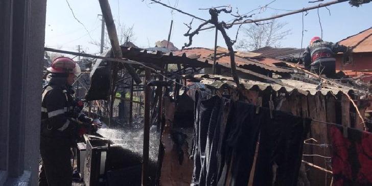 Incendiu la o casă particulară din Ploieşti.Au ars cateva materiale textile
