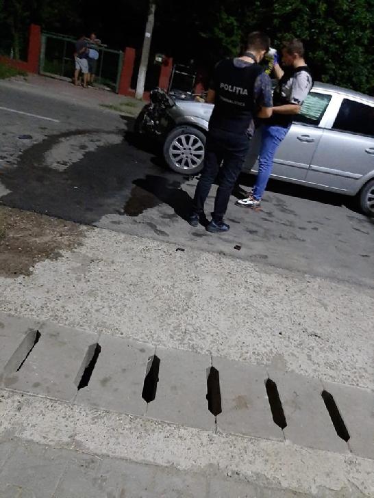 Accident rutier la Mălăieşti,  . Un autoturism a intrat într-o stivă de lemne