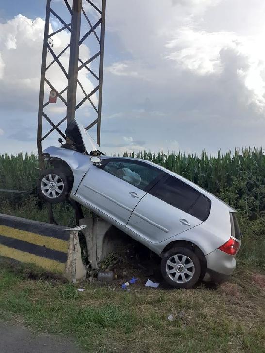 Accident rutier la Băicoi. Un autoturism a intrat într-un stâlp