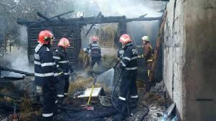 Incendiu la anexele unei case, în satul Pietroşani, comuna Puchenii Mari
