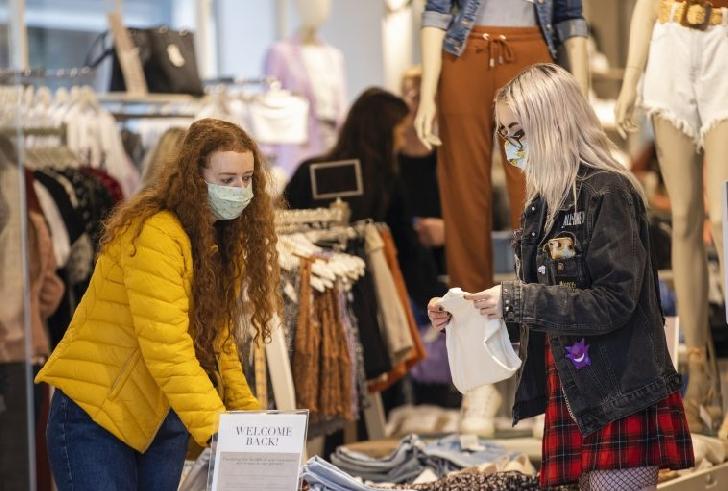 Marea Britanie ar putea recomanda în curând acoperirea feţei în toate locurile publice
