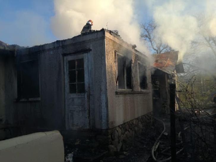 Incendiu la o casă particulară în Breaza. Un bărbat a suferit arsuri la faţă şi mâini