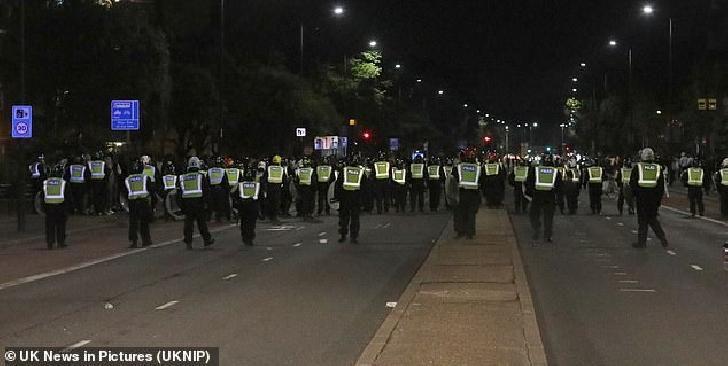 Poliţia din Londra, asaltată cu cărămizi şi sticle de participanţii la o petrecere rave ilegală