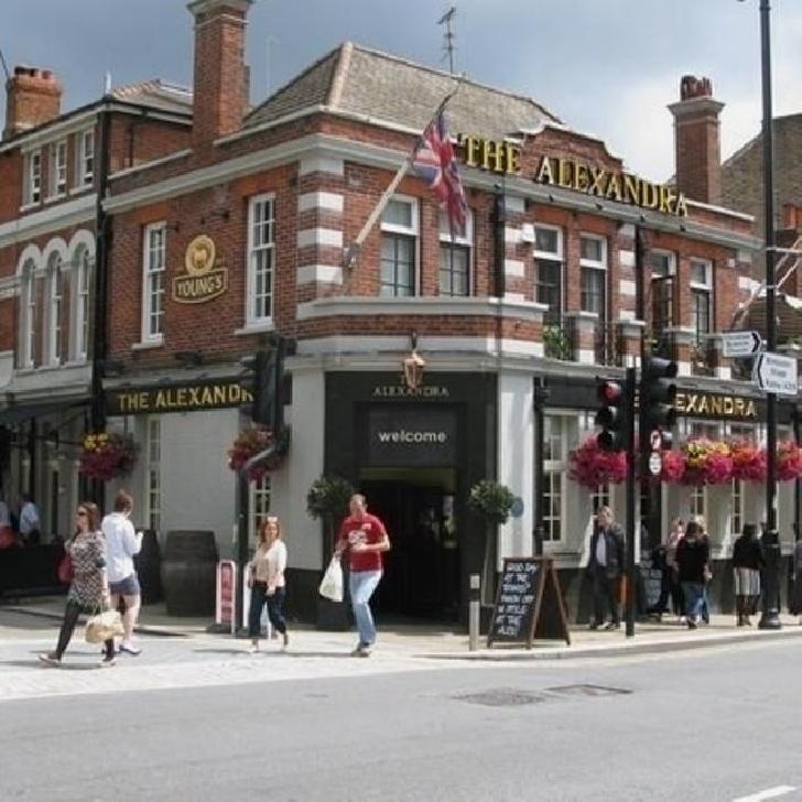 Sute de oameni au aplicat pentru două locuri de muncă într-un pub din Londra