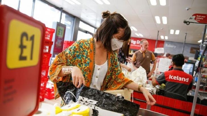 De azi, 24 iulie, oamenii vor fi obligaţi să poarte măşti de protecţie atunci când intră în magazinele, supermarketurile, băncile sau oficiile poştale din Anglia