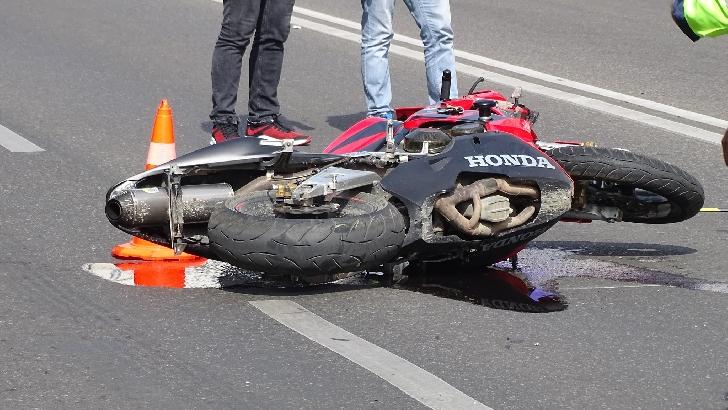Accident rutier la Valea Doftanei. Un motociclist a intrat într-un copac