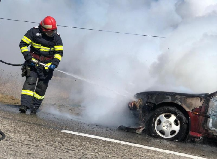 Incendiu la trei autoturisme, pe o stradă din Ploieşti