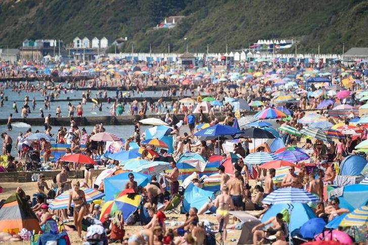 Plajele din Marea Britanie, luate cu asalt, turiştii vin de la 3 dimineaţa